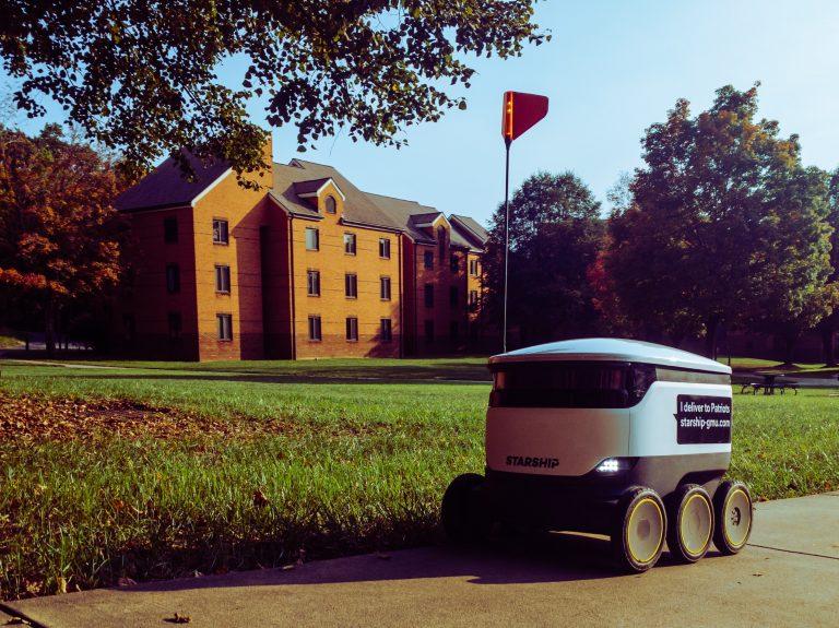 Versandroboter vor Gebäude