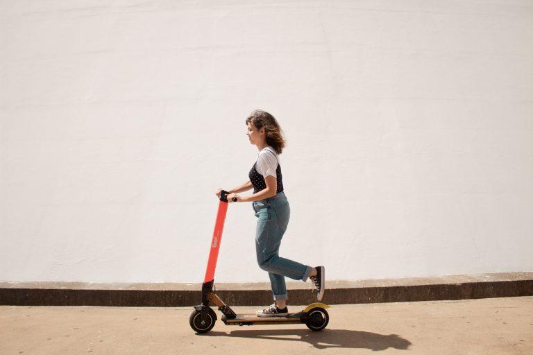 Frau auf Scooter