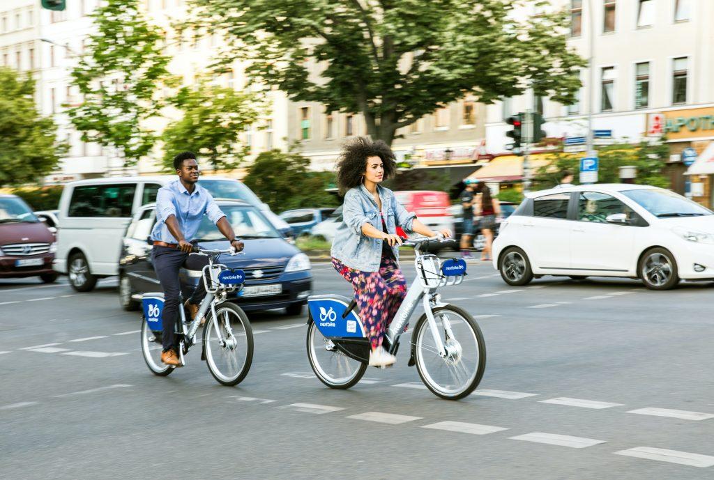 zwei personen auf fahrrädern