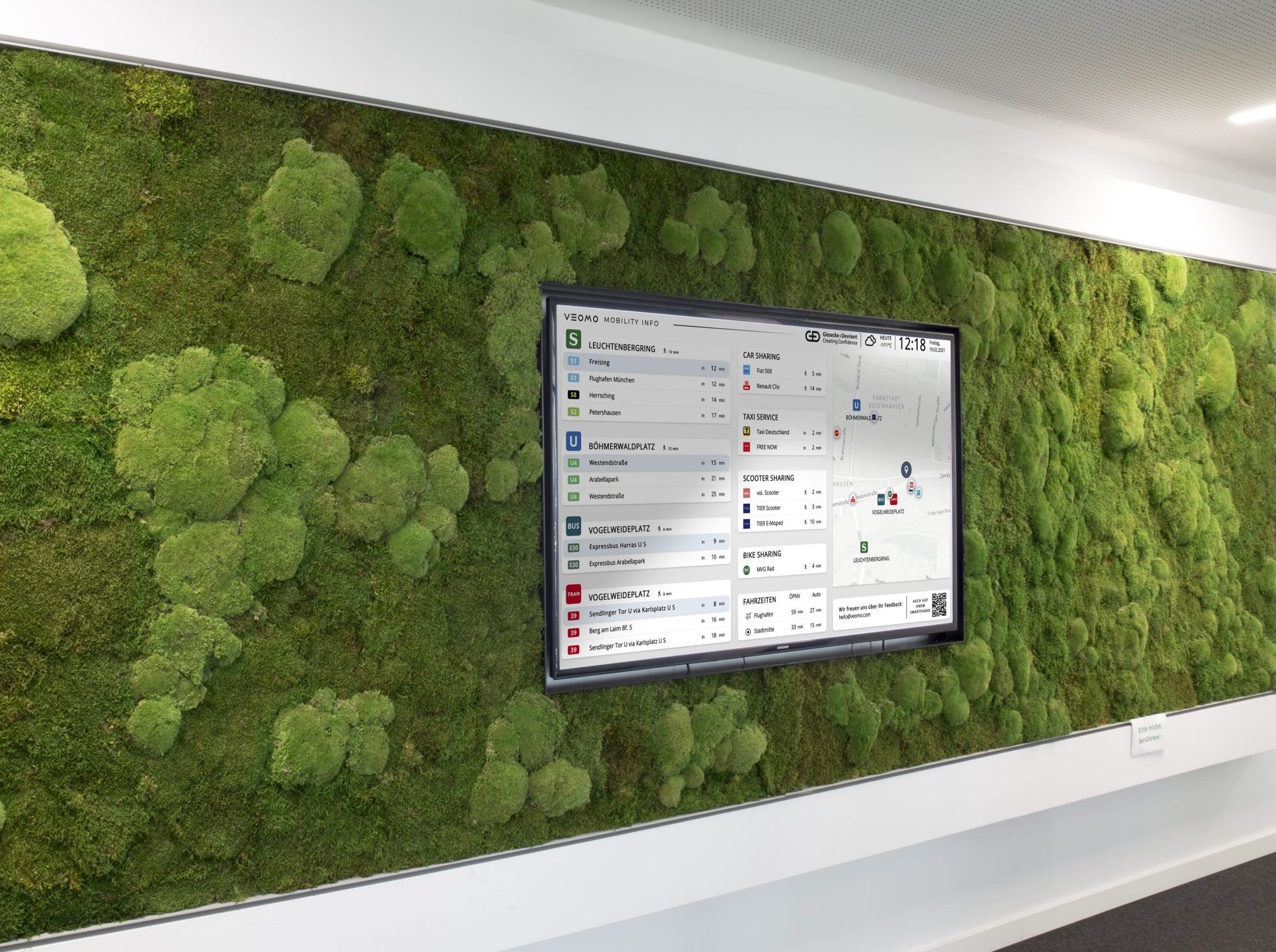 Bürofläche mit Bildschrim an der wand