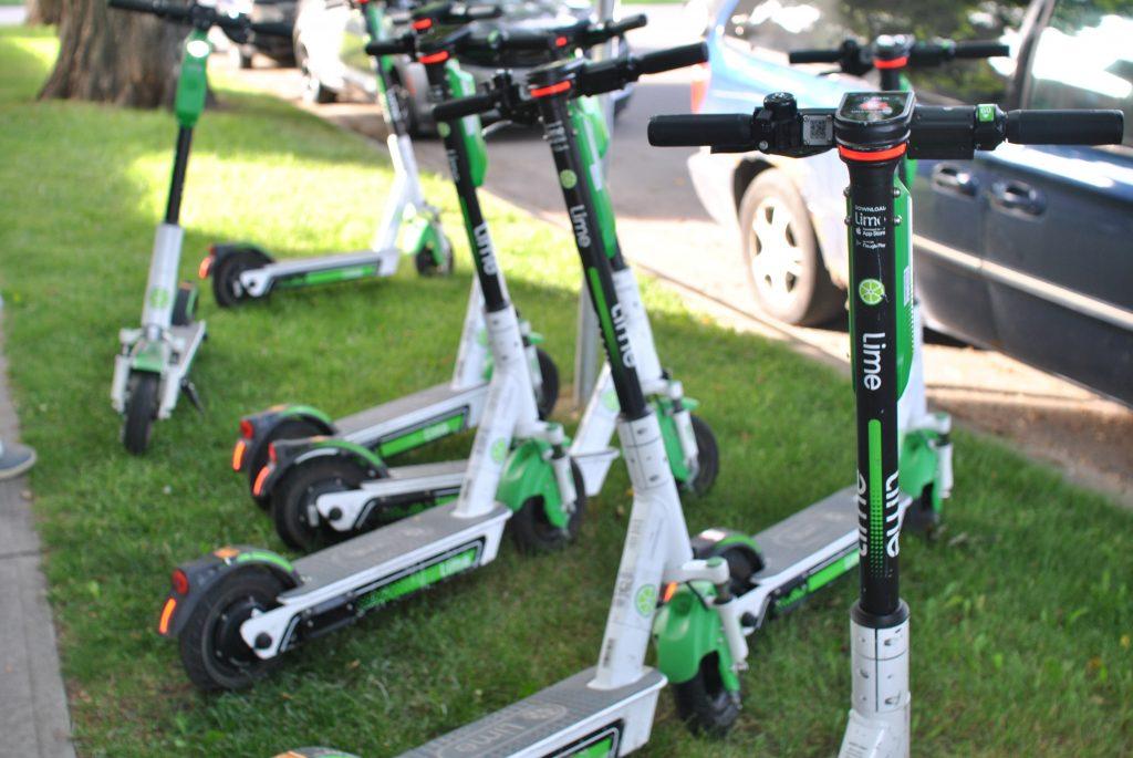 7 e-scooter von lime auf straßenbegleitgrün