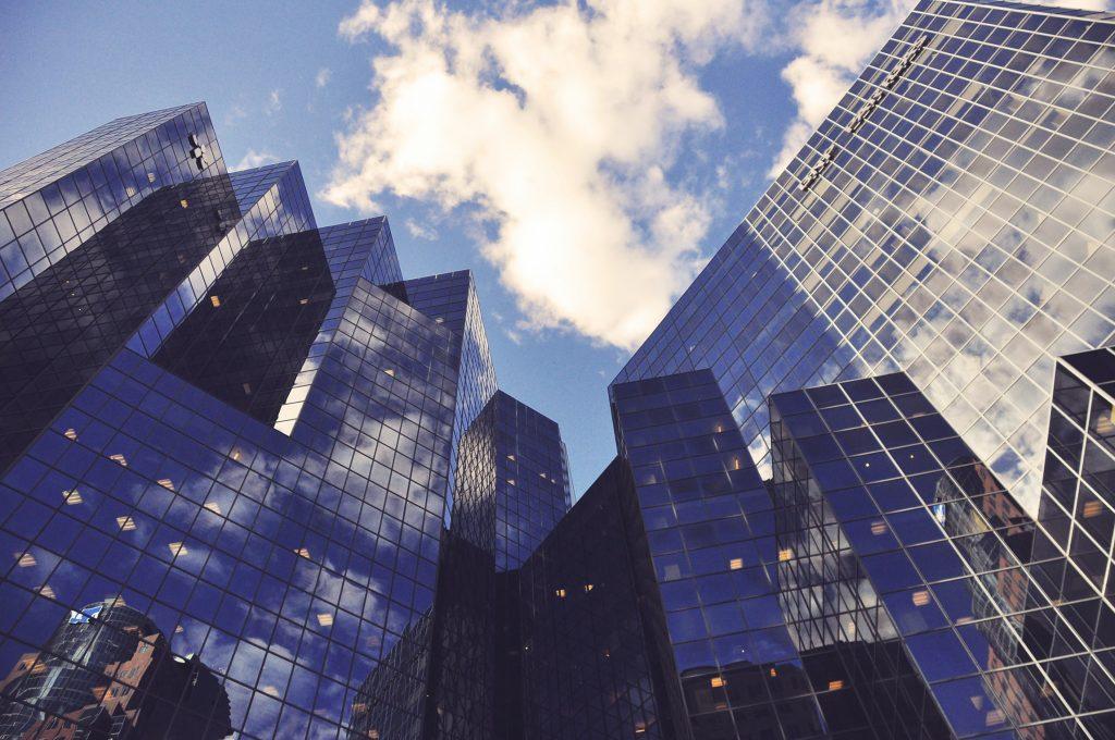 Gebäude und Himmel aus unterem Winkel